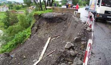 в селе Лазещина произошел сдвиг почвы с деревьями в реку Лазещина