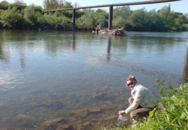 В Ужгороде в реку Уж скидывают всё, что только можно скинуть