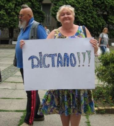 Ужгородский городской совет пикетируют из-за дорогой воды
