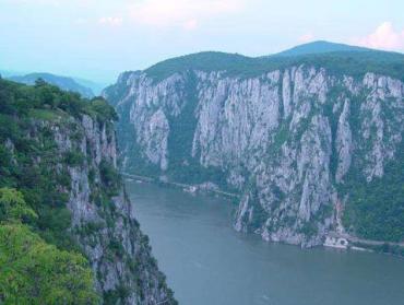 В румынской части Дуная затонула баржа