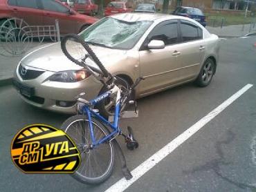 Киевляне наблюдали сальто на велосипеде через 2 машины.