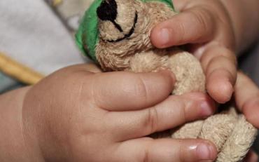 Поліцейські розшукують рідних малюка, якого залишила горе мати