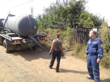 Спасатели помогают коммунальщикам ликвидировать аварию