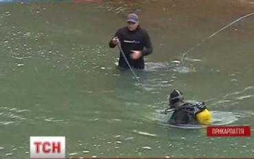 Ребенок поскользнулся около Яремчанского водопада и упал в воду