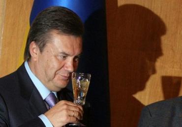 Виктор Янукович в тихаря попивает ужгородский коньяк