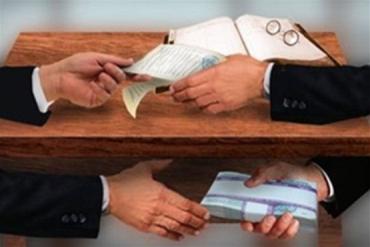 В Закарпатье за два дня задержали двух «липкоруких» чиновников