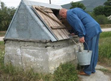 Из-за засухи в сельских колодцах воды становится все меньше...
