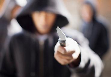 Банда с пророссийской символикой напала с ножом на ужгородца и подрезала его