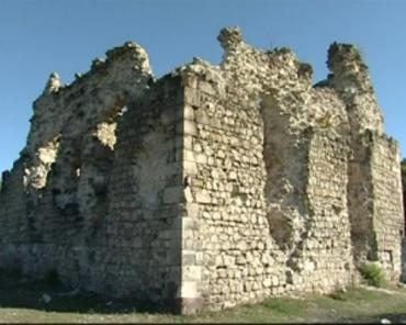 Замок в селе Среднее самостоятельно спасают от гибели люди