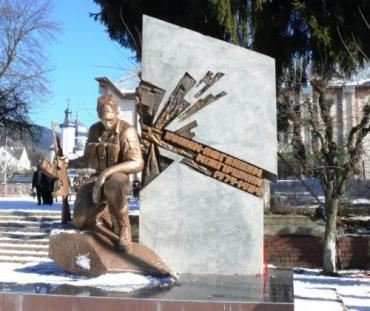 Около памятника воинам-афганцам в пгт Межгорье на Закарпатье