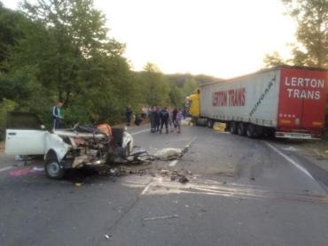 Около пгт Чинадиево лоб в лоб столкнулись 2 автомобиля огромная фура и ВАЗ-2107