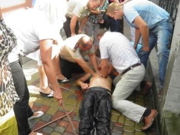 Троих ужгородцев, упавших в канализационный колодец, изымали спасатели