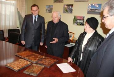 Сейчас старинные иконы найдут свое место в одной из церквей Хустского района