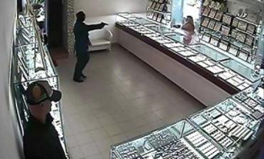В Мукачево парни ломали витрины магазинов на улице Ужгородской