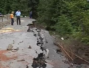 Мощные ливни вызвали в Закарпатье оползень на дороге