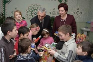 Василь Сітар подарував малечі іграшки, солодощі та канцелярське приладдя