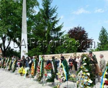 В Ужгороде венки и цветы возложили к Вечному огню на Холме Славы