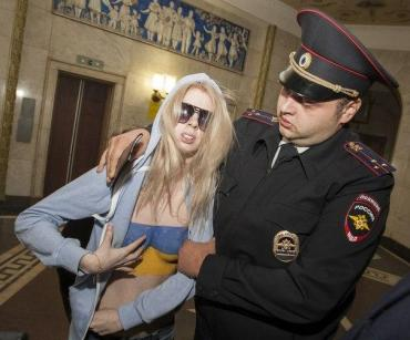 "Активистки FEMEN на избирательном участке в Москве кричали ""Слава Украине!"""