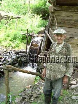 На закарпатской мельнице работает слепой мирошник