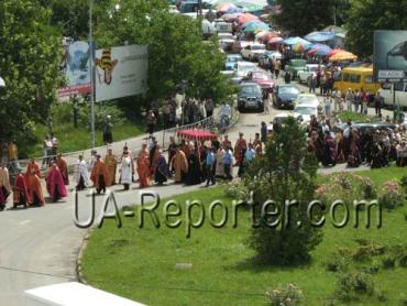 Мощи Блаженного священномученика Теодора (Ромжи) несут по улицам Ужгорода