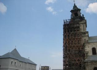 В монастыре в Подкамене из-за ветра пострадали скульптуры