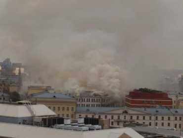 Около 13:00 огонь перекинулся на крышу здания