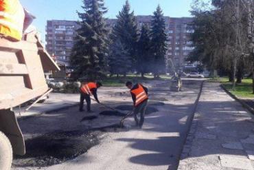 Коммунальные службы города латают ямы на площади Богдана Хмельницкого