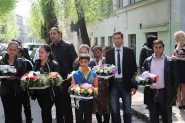 Из ужгородского пешеходного моста ромы опустили на воду корзины с цветами