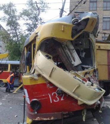 В Москве бетономешалка врезалась в трамвай