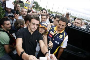 Команда Renault провела уличное шоу в Овьедо