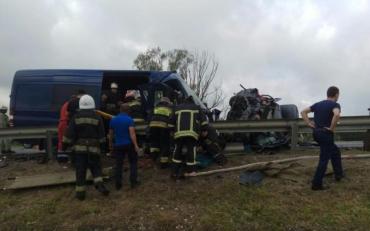 Ужасное ДТП на трассе Киев-Чоп: автобус с туристами врезался в авто, есть жертвы