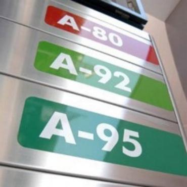 На заправках в Ужгороде операторы уже не успевают менять таблички цен на топливо