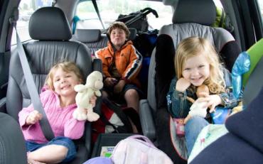 Як правильно перевозити дитину в автомобілі