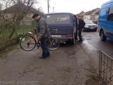 Пострадавший, который держит свой велосипед после ДТП