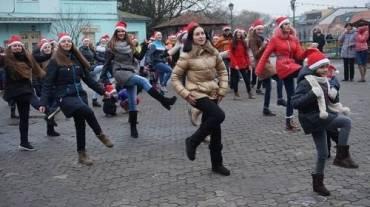 Веселі танці молоді