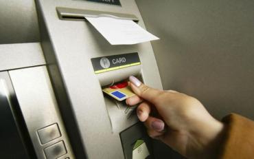 Банкомат зажував картку: причини і способи повернення