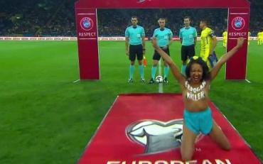 Дівчина оголилася під час матчу Україна - Туреччина
