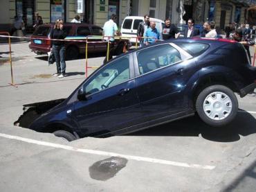 Хозяин отошел на 5 минут, а его авто рухнуло под асфальт