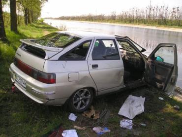 Люди не сумели выбраться из затонувшего автомобиля