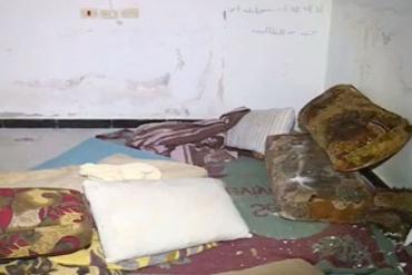 В тюрьме нашли матрасы и простыни на голом полу и собачьи миски