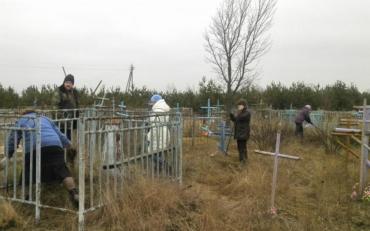Две девушки устроили пьяные танцы на могилах во Львовской области
