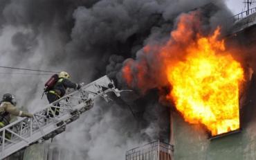 На столичній Оболоні спалахнула масштабна пожежа