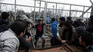"""Толпа, в которой было много женщин и детей, скандировала """"Откройте границу!"""""""