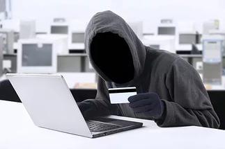 Во время обыска в доме мошенника, нашли карточку и компьютер