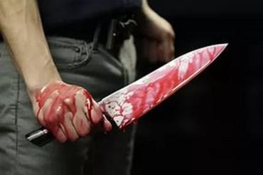 Увидев, что продавщица еще подает признаки жизни, взял нож и нанес много ударов