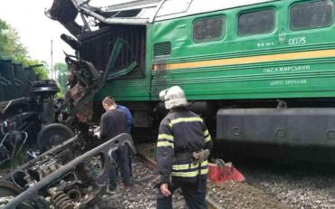 Під Києвом поїзд розплющив Lexus, є постраждалі