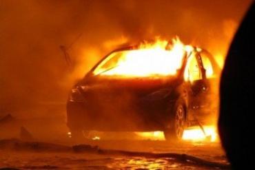 Огнем повреждено моторный отсек и частично переднюю часть салона