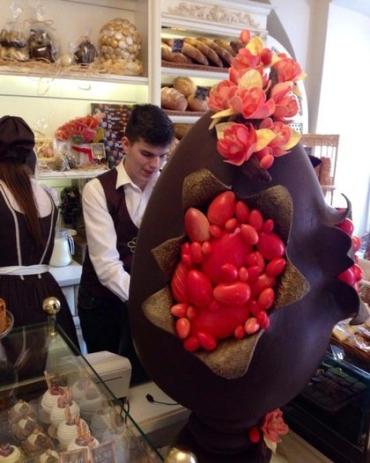 Писанку можно увидеть в кафе известных кондитеров Валентина и Валентины Штефаньо