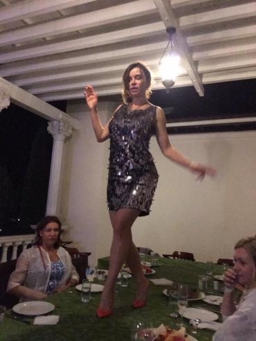 Чтобы продемонстрировать платье и туфли, она устроила дефиле прямо на столе
