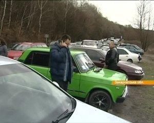 На Закарпатье две сотни автомобилей заблокировали дорогу в Словакию